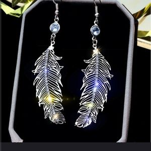 Jewelry - Absolutely gorgeous feather dangle earrings